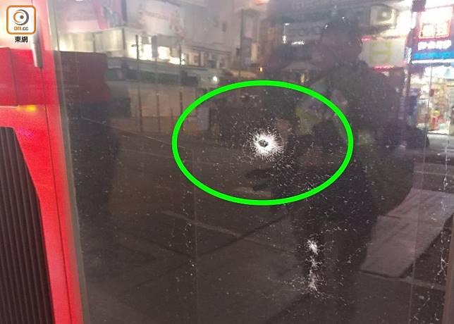 巴士玻璃被打出一個洞(綠圏示)。(馬竟峯攝)