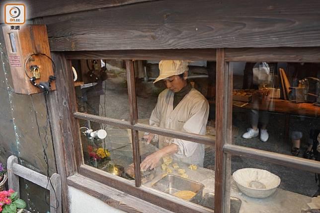 客人都可透過玻璃窗,看到麵包師傅整天的辛勤製作。(劉達衡攝)