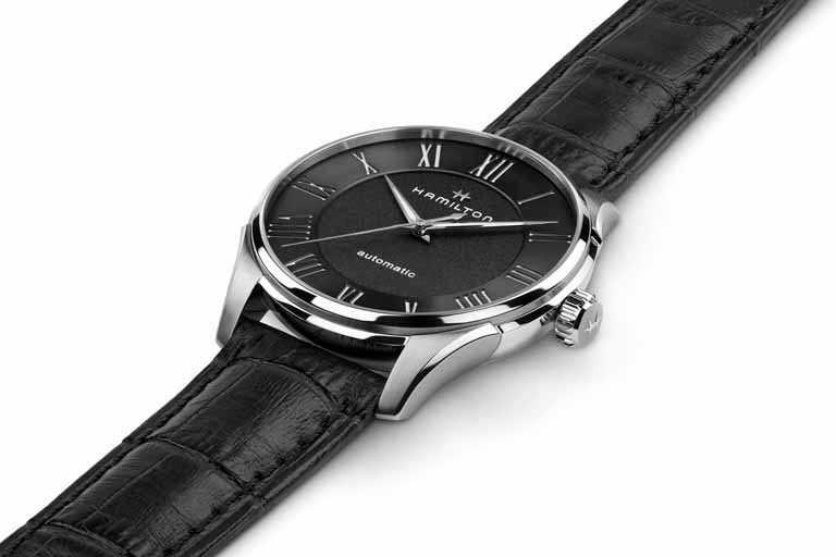 HAMILTON「Jazzmaster Automatic羅馬大三針系列」腕錶,磨砂黑色錶盤╱40mm,精鋼錶殼,黑色小牛皮錶帶╱27,600元。(圖╱HAMILTON提供)