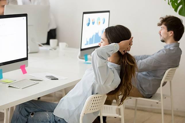 ไม่ใช่แค่ผู้สูงวัย 7 พฤติกรรมทำลายกระดูกสันหลัง ที่วัยรุ่น วัยทำงาน ต้องระวัง!