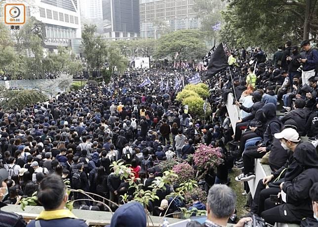 大批市民於遮打花園聚集。(李志湧攝)
