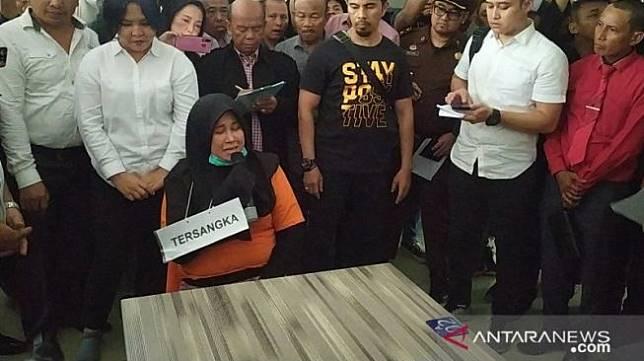 Zuraida, istri muda otak kasus pembunuhan hakim Jamaluddin saat menjalani rekonstruksi (Antara).