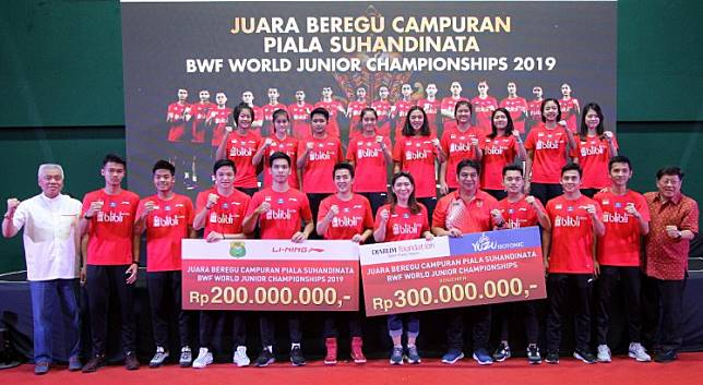 Young warriors: All members of the Indonesia junior national team pose for a photograph with sponsors and officials after receiving cash rewards for the gold medal achievement at the BWF World Junior Championship in Kazan, Russia on Oct. 7.