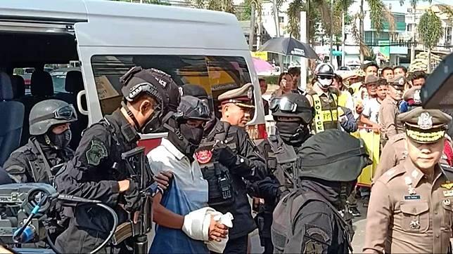 รวบแล้ว!! มือยิง 2 แม่ลูกร้านนวดไทย ตำรวจคุมทำแผน คนนับร้อยรุมสาปแช่ง