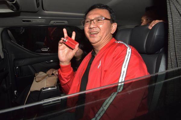 Mantan Gubernur DKI Jakarta Basuki Tjahaja Purnama menunjukkan kartu anggota  PDIP di Bali, Jumat (8/2/2019).