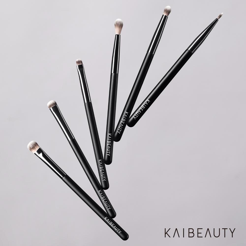 極緻質感採用高品質頂級合成纖維刷毛,擁有極致柔軟的彈力與溫柔觸感,具有耐用和容易清潔的強大優勢,不論是各式眼妝或是全臉的底妝、修容、打亮、腮紅,都能完美演繹,輕鬆刷出你的存在感。頂級工藝特別選用黃銅材