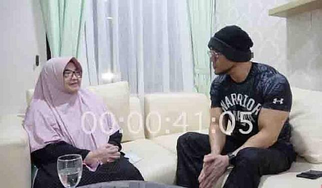 An interview of Deddy Corbuzier and former health minister Siti Fadilah Supari. Photo: Deddy Corbuzier YouTube