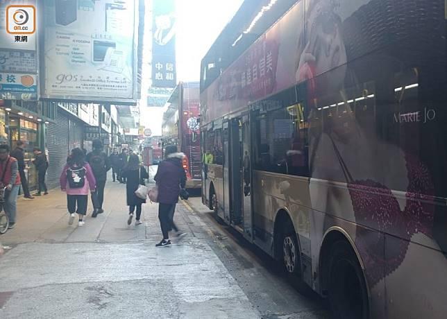 旺角彌敦道有巴士被按動死火掣。(曾紹良攝)