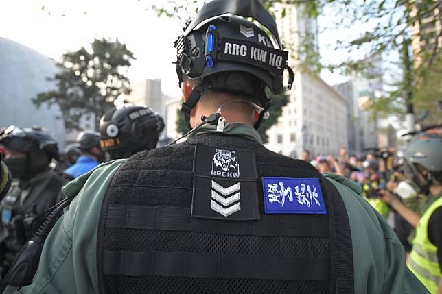有警員在制服上貼上標貼。資料圖片