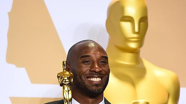 Senyum Semringah Legenda NBA Kobe Bryant Usai Raih Piala Oscar 2018