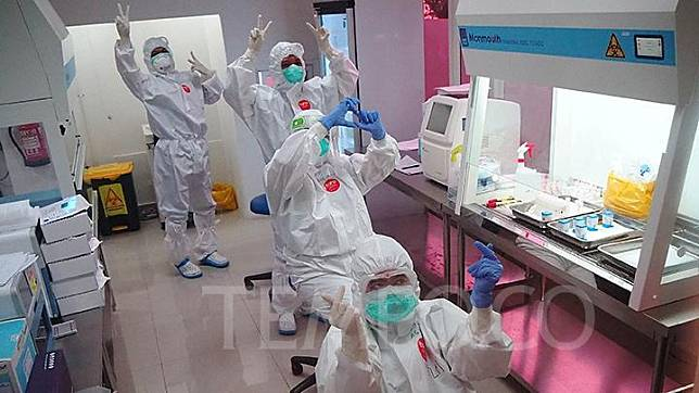 Medical workers in the Polymerase Chain Reaction (PCR) Test Lab in Tower 4, Wisma Atlet, Kemayoran, Jakarta, Friday, May 15, 2020. TEMPO/Nurdiansah