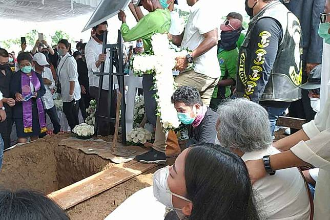 Mutia Ayu di pemakaman BLAD 164 TPU Tanah Kusir (Foto: Medcom.id/Cecylia Rura)