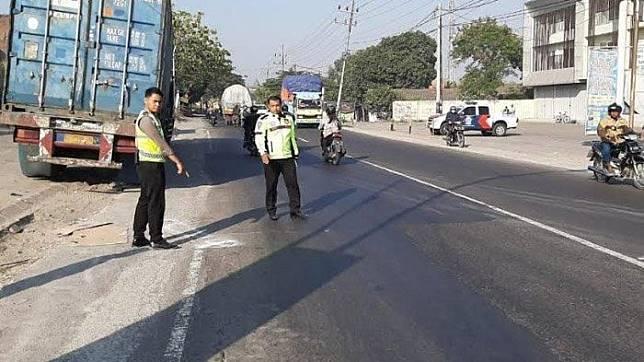 Petugas polis Polres Gresiki memperlihatkan lokasi kecelakaan yang menewaskan pengendara Honda Megapro pada Jumat (20/9/2019)