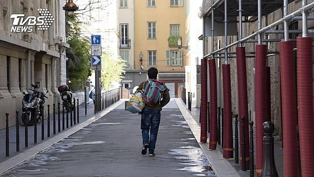 印度因為全境封城,男子沒車可搭,只好徒步走288公里回老家。(圖/達志影像美聯社)