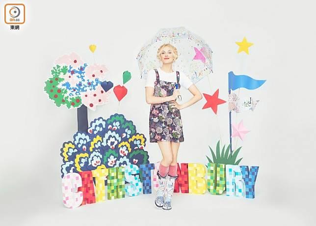 今季Cath Kidston與時尚女主播Fearne Cotton推出聯乘系列,Fearne從品牌過往的經典印花圖案中挑選具新奇玩味的大自然圖案融入系列中。(互聯網)