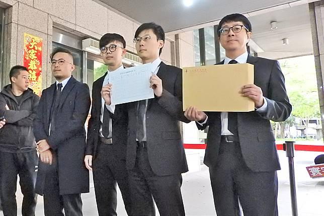 「罷韓四君子」於28日前往台北,在中選會填寫與領取罷免第二階段表格。(圖/記者陳弘志攝)