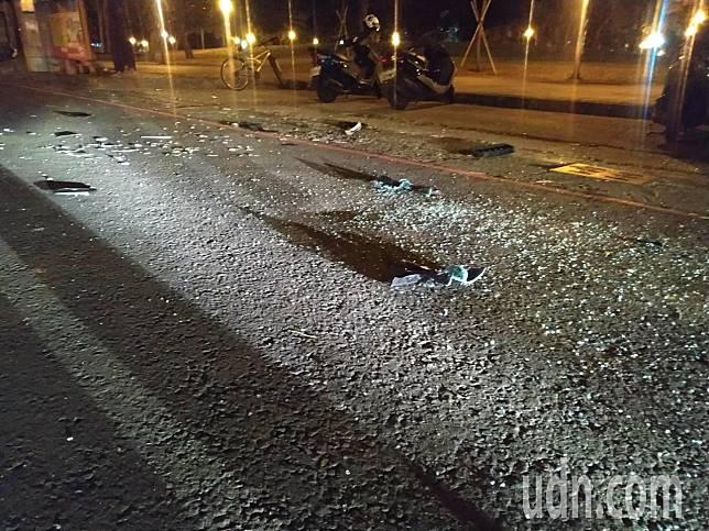 警方昨晚將楊男等人帶回後,現場留下四碎玻璃。記者邱奕能/攝影
