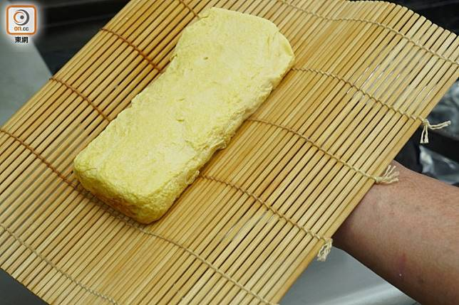 用竹蓆包好蛋卷有助定型,亦可以壓上花紋令賣相更佳。(方偉堅攝)