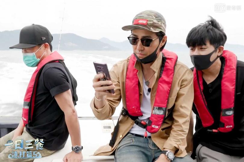 車勝元滑手機看到李瑞鎮要來當嘉賓的新聞,立刻衝到甲版上跟柳海真、孫浩俊分享。(圖/愛奇藝台灣站提供)