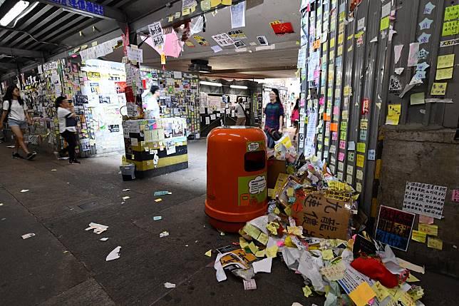 九龍灣「連儂牆」一地垃圾。