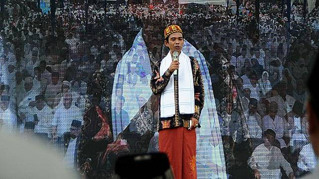 Ustad Abdul Somad menyampaikan tausiah saat peringatan 14 tahun tsunami Aceh, di Masjid Tengku Mahraja Gurah, kecamatan Peukan Pada, Kabupaten Aceh Besar, Aceh, Rabu, 26 Desember 2018. Bencana gempa bumi dan tsunami Aceh terjadi pada Ahad, 26 Desember 2018. ANTARA/Ampelsa