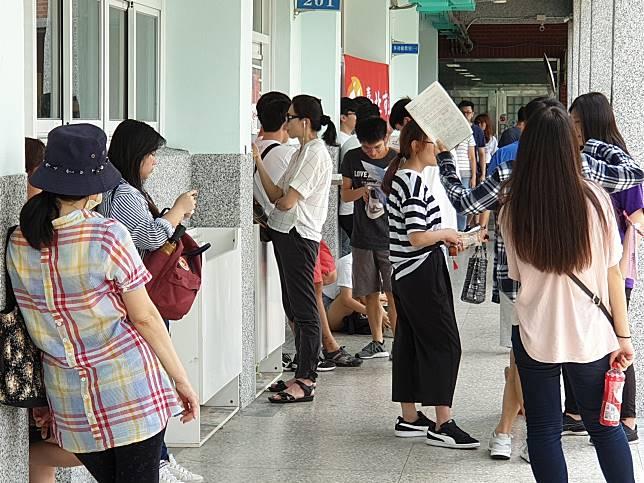 ▲108學年度指考首日,成功高中考場外等待考試的考生與家長。(圖/記者許家禎攝)