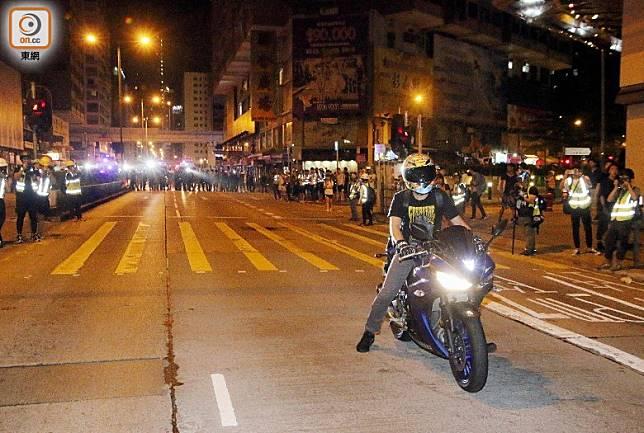 警員指示電單車離開彌敦道。(梁國雄攝)