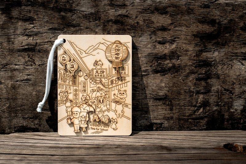 【產品名稱】設計師拼貼完成品『九份老街』 【產品材質】椴木合板、棉繩 【產品尺寸】15 x 11 x 0.6 cm 【產品內容】 底板:九份老街(特製款) 配件(圖案):九份老街燈籠、九份山城小燈籠(