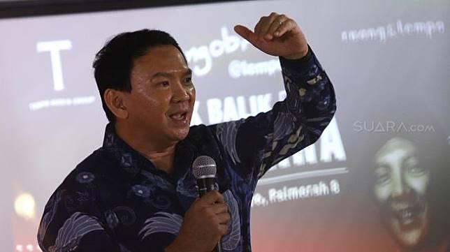 Basuki Tjahaja Purnama (Ahok) bercerita  tentang buku barunya di Gedung Tempo, Palmerah, Jakarta, Senin (17/2). [Suara.com/Angga Budhiyanto]