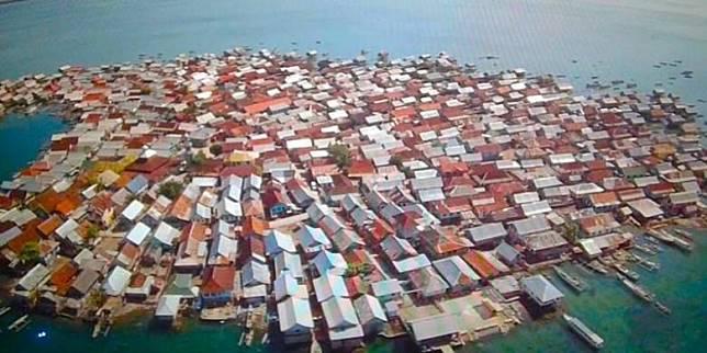 Ini Pulau Terpadat di Indonesia, Sampai Ada Rumah yang Dibangun di Atas Batu Karang