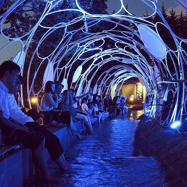 到了晚上整個ASHIMIZU足浴池,都變成光廊隧道,跟光霧庭園互相輝影。(互聯網)