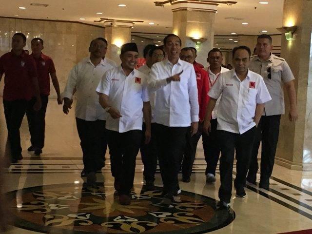 Ketua Umum DPP Projo Budi Arie (kanan) mendampingi Presiden Joko Widodo dalam rakernas Projo. Foto: Medcom.id/Dian Ihsan