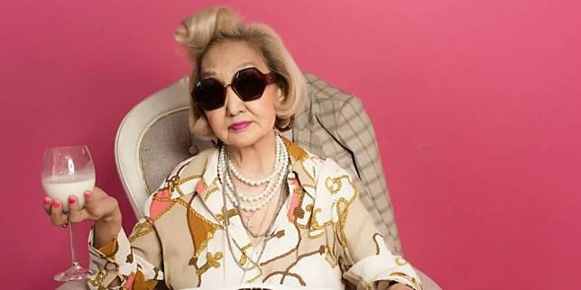 Perusahaan roti membuat iklan dengan model nenek-nenek. (Foto: Bored Panda)