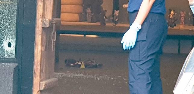 台中市沙鹿區昨天發生槍擊命案,兩名歹徒持槍到一茶館掃射,並鎖定在茶館內的史姓男子開槍,茶館內多處可見彈孔痕跡。