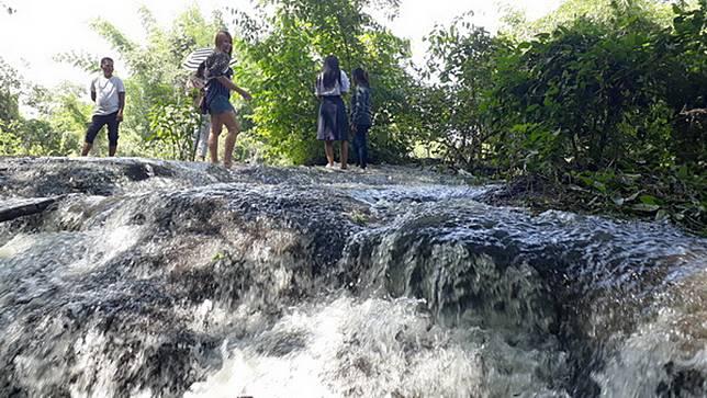1ปีมีครั้งเดียว! น้ำตกลานหินตัด คนแห่เซลฟี-นั่งแช่น้ำชมวิวธรรมชาติ