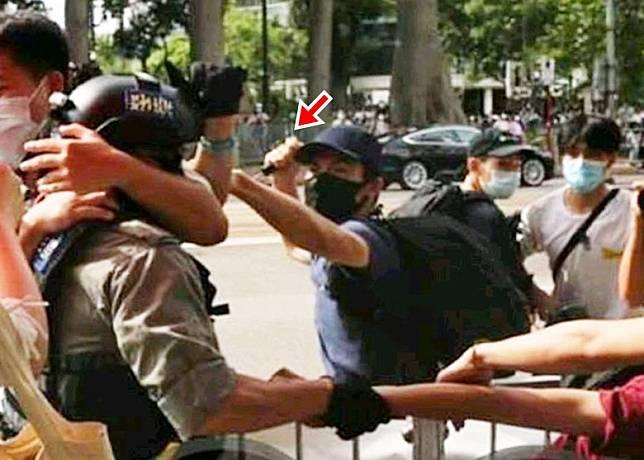 男子持利器(箭嘴示)插傷警員。(有線電視畫面)
