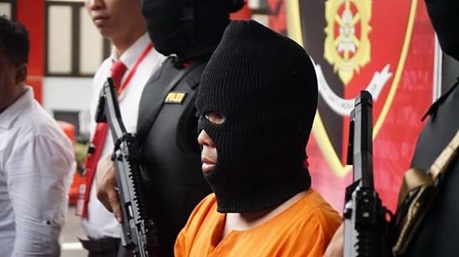 Polda Jatim merilis kasus pencabulan belasan anak dengan tersangka seorang gay asal Kabupaten Tulungagung. (Foto: Jatimnet/Tony Hermawan)