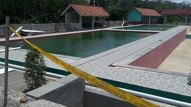 Garis polisi terpasang di sekitar kolam renang lokasi kecelakaan air yang menewaskan seorang murid kelas 2 SD negeri 3 Makam Rembang, Sabtu (22/2/2020). (Foto: Liputan6.com/Rudal Afgani Dirgantara)