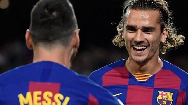 Pemain Barcelona Antoine Griezmann rayakan golnya ke gawang lawan bersama Lionel Messi [AFP]