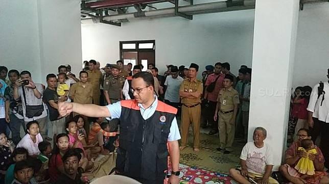 Anies Baswedan di pengungsian korban banjir Jakarta. (Suara.com/Fakhri)