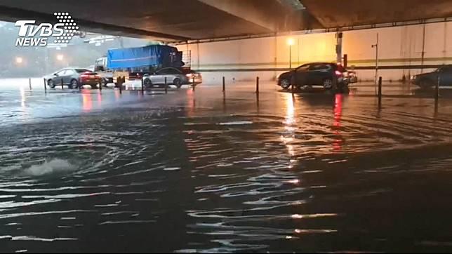 受低壓帶影響,昨(19日)中南部降下豪大雨,高雄地區多處積水。圖/TVBS
