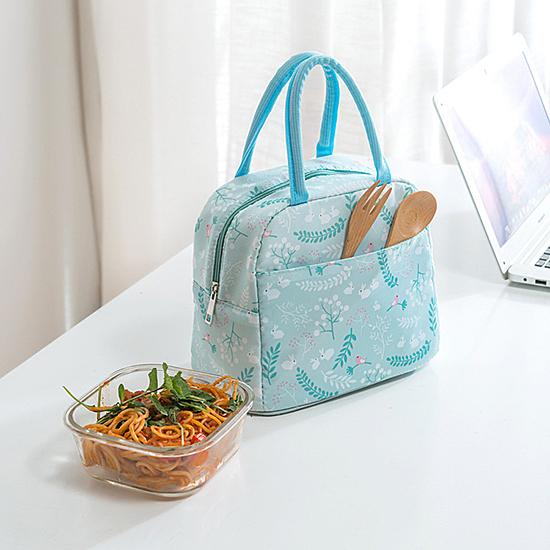 簡約印花造型,當手提袋或便當袋都可,n其堅牢耐用、抗皺,輕巧方便好攜帶。