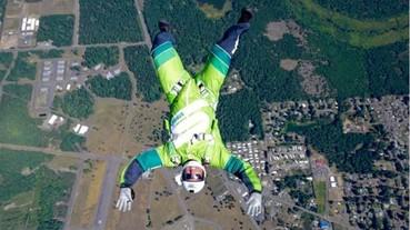 成功了!極限運動員不攜帶降落傘「玩命」跳機 直播畫面曝光!