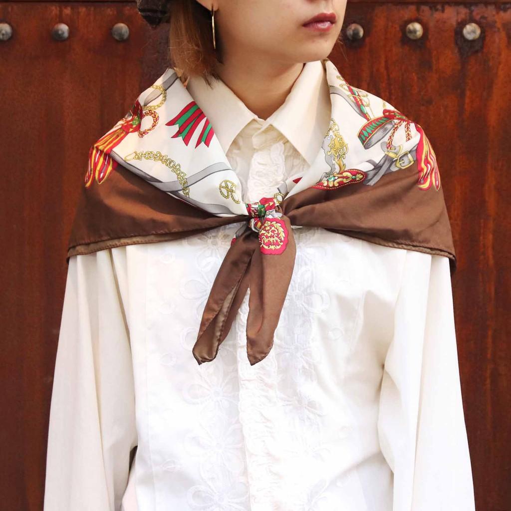 些許斑紋●材質:聚酯纖維100%●商品尺寸:長x寬 84 X 87 cm ●搭配單品:刺繡襯衫 (均有販售歡迎詢問)●產地:日本如果說人要衣裝,那麼衣服的形象則因配件的烘托而鮮明。絲巾的雋永一直是潮流