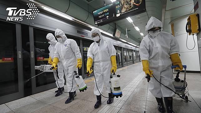 新冠肺炎疫情肆虐南韓,地鐵消毒中。(圖/達志影像美聯社)