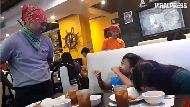 菲律賓一名父親給3年不見的兒女一個驚喜。(圖/翻攝自YouTube)