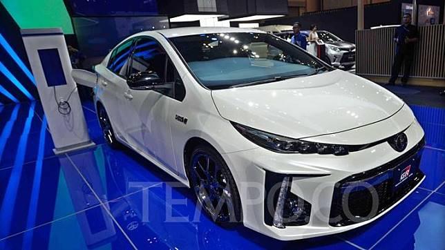Toyota Prius PHV GR Sports 2019 ikut dipamerkan di GAIKINDO Indonesia International Auto Show (GIIAS) 2019 di ICE BSD, Tangerang, Jumat 19 Juli 2019. Perbedaan Prius PHV biasa dengan yang keluaran dari GR Sports, terlihat dari desain bumper yang lebih besar dan sporti. Tempo/Tony Hartawan