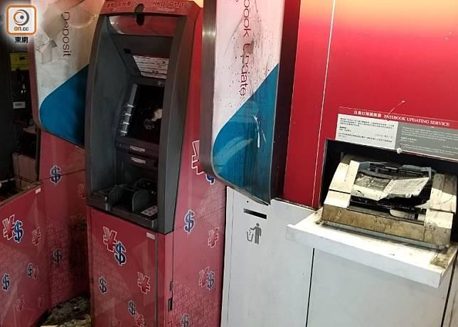 元朗區內有中資銀行的提款機及打簿機等設施被破壞。(梁國雄攝)