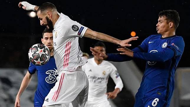Penyerang Real Madrid, Karim Benzema bersaing dengan bek Chelsea, Thiago Silva (kanan) pada leg pertama semifinal Liga Champions di Stadion Alfredo Di Stefano, Rabu (28/4) dini hari WIB.  Real Madrid hanya mampu bermain imbang 1-1 melawan Chelsea. (PIERRE-PHILIPPE MARCOU / AFP)