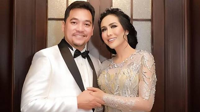 Ratu Meta bersama suami, Eddy Faisal. [Instagram]